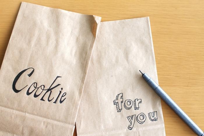 ひとつひとつ文字を手書きで書くだけ。 文字は黒にすると大人っぽく、かつセンスアップして見えます。  組み合わせの色を変えれば、雰囲気もグっと変ります。 黒と白はシックでスタイリッシュな雰囲気に。 ゴールドを差し色にすると華やかさが出たり・・・。  いろいろな組み合わせを楽しんでみてくださいね♪