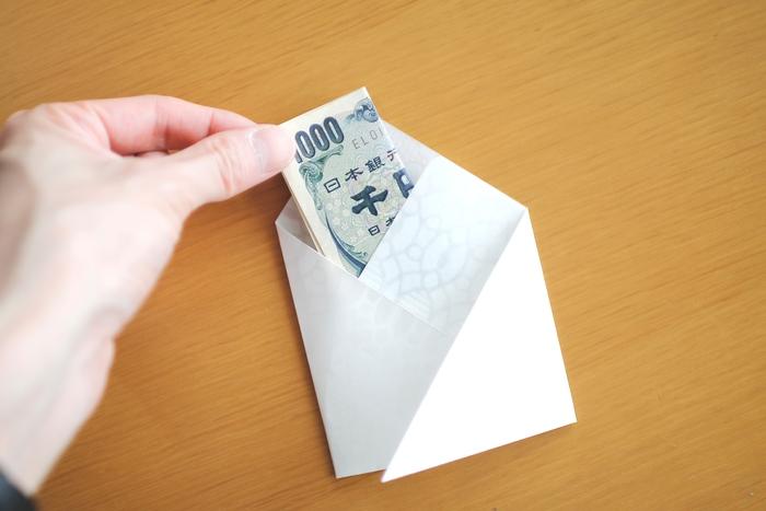 お金をむきだしのまま渡すのは気が引ける時がありますね。懐紙で包むとスマートです。心づけを渡す時にもぽち袋としてよく用いられている方法です。  封筒の代用としても。懐紙の天地を折り左右を糊付すれば、簡易型の封筒になるそうです。プリペイドカードやチケット、切符などを手渡す時に。懐紙ってフレキシブルですね♩