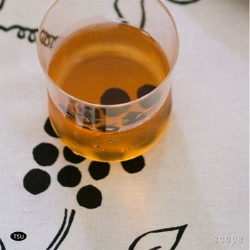 濡れたコップの底なども汚れたおしぼりなどで拭くより、懐紙で拭くと美しく感じます。コースター代わりにも使えて◎