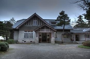 九谷焼の銘品など、加賀百万石ゆかりの古美術品や現代絵画などが展示されている「石川県立美術館」は、金沢21世紀美術館、兼六園の両方から徒歩10分弱の場所にあります。天気が悪い日は、ゆったり美術鑑賞も良いですね。  写真は、敷地内にある「県立美術館広坂別館」。趣のある建物です。