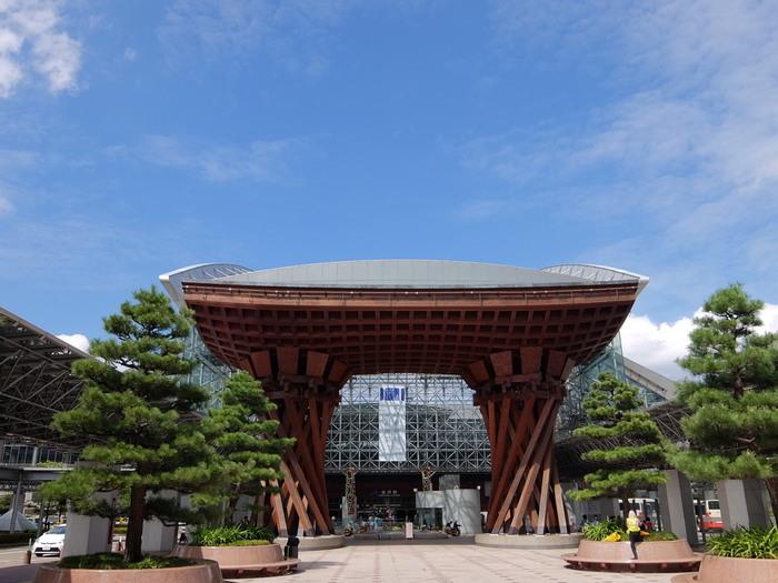 写真は金沢駅、兼六園口にある「鼓門」。奥は「もてなしドーム」。