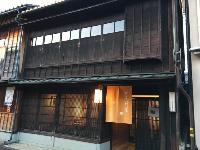 ひがし茶屋街には和菓子とお抹茶をいただけるお店が多くありますが、なかでも人気なのがこちらの「茶房一笑(さぼういっしょう)」。
