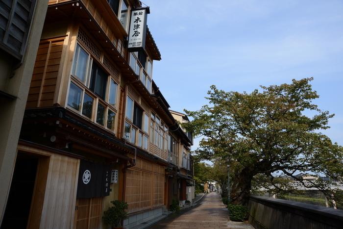お茶屋さんだった建物を改装した「木津屋旅館」。浅野川べりに建つので、ひがし茶屋街や主計町(かずえまち)を心ゆくまで堪能できます。周辺には食べ物屋さんや雑貨店も多くあるので、有意義な時間が過ごせそう。