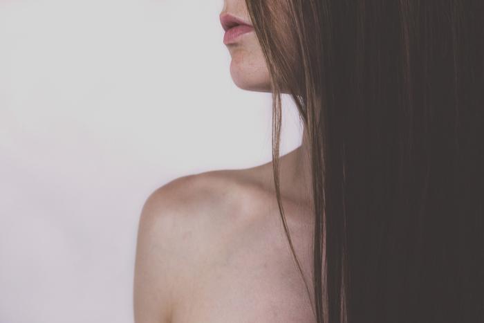 鎖骨を含む、首元から胸元にかけたデコルテ。女性らしさをアピールできる部分だからこそ、日頃のケアをまめにしたいもの。顔や手足と同じようにケアすることで、よりきれいに見せることが出来ます。