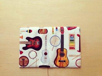 ギターやパーカッションなどの楽器が一面にちりばめられたブックカバー。音楽を聴くように読書がはかどりそう♪