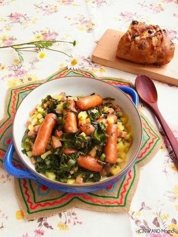 ソーセージと一緒にケールをじっくりコトコト煮込んで、味をしみこませます。ベーコンやサラミなどお好みの加工肉をプラスすると、さらに旨味がアップ!パンと一緒にどうぞ。