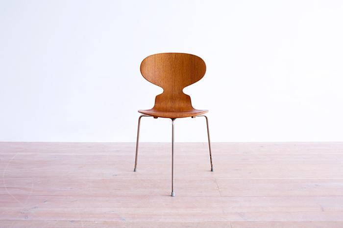 1925年〜1971年に活躍したデンマークの建築デザイナー。ダイニング用に作られたこの椅子は、今でこそよく目にする、背面と座面が一体となっている型。この型は「アント・チェア」が始まりだと言われています。これまでにないアントチェアの斬新なデザインは、様々な業界から注目されることとなりました。