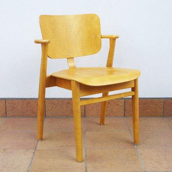 フィンランドの学生寮のためにデザインされた代表作「ドムスチェア」は、丈夫なバーチで作られており、飽きのこないシンプルなデザインでありながら長時間座っても疲れにくい型。