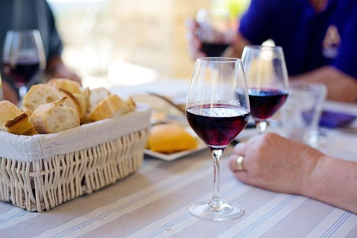バルは、イタリアやスペインの居酒屋のような場所のこと。ワインやビールと一緒におつまみを楽しみます。