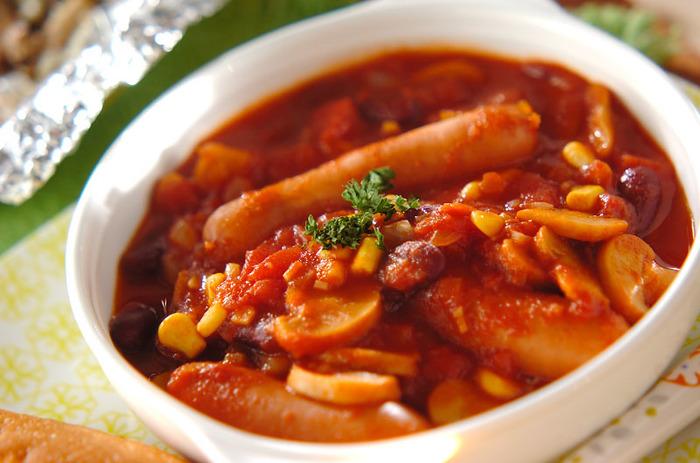 ソーセージと豆をトマトで煮込んで作る、満足度の高いレシピ。あっさりし過ぎないのがポイントです。