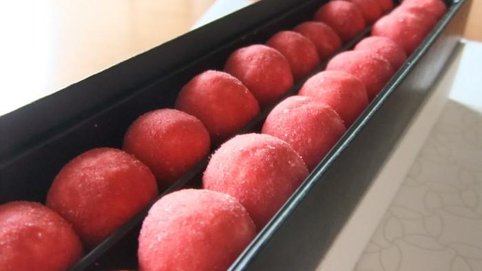 ふんわりとした食感の米菓子に、フリーズドライの苺や和三盆の甘さをまとった「丸(maro)」。しゅわっと溶ける口どけの良さとほどよい甘さが楽しめます。