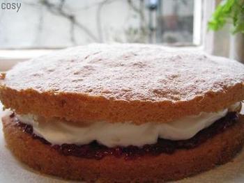 スポンジ生地を焼いて、クリームとジャムをサンドした「ヴィクトリアンスポンジケーキ」は、シンプルでなんだか懐かしい味。簡単に作れるのも魅力的です。