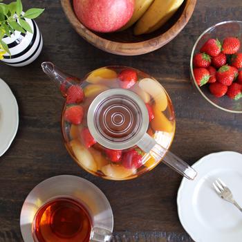 ポットの中で茶葉が上下に運動すると、お茶をしっかりと抽出することができます。側面が丸いポットは、茶葉の上下運動が起こりやすく、ガラス製なら中がよく見えるので◎です。  あとは数分蒸らして、温めたティーポットに注げば完成です。