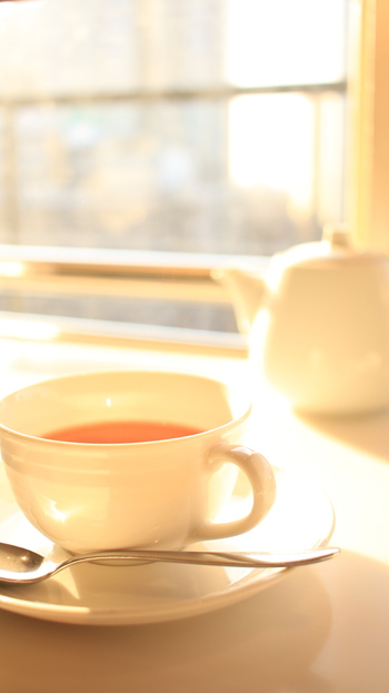 3段のティースタンドも素敵ですが、イギリスの普通の家庭では、もっと気軽に「アフタヌーンティー」を楽しんでいます。  そこでこの記事では、紅茶に合うお菓子や軽食、美味しい紅茶の淹れ方をご紹介していきます。