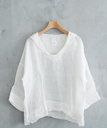 襟ぐりが大きめに開いた服や、大きめのシャツをちょっぴり着崩して襟抜きして着こなしすと、鎖骨がきれいに見えます。
