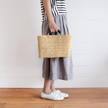 モロッコの職人さんが手作業で作っているというストローカゴ。お出かけにもちょっとした収納にも使うことができる便利なアイテムです。ナチュラルテイストなお洋服をよく着ているお友達へのプレゼントにおすすめです。  価格:3,240円