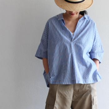 スキッパーシャツは、大きく襟ぐりが開いているので、マニッシュさの中に女性らしさを際立たせてくれます。