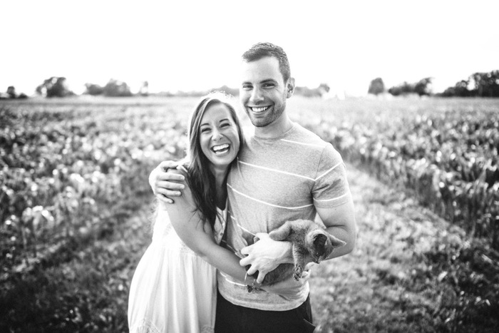家族写真も、モノクロで撮ると味わい深いものになります。二人の幸せそうな表情にすっと目がいく素敵な一枚です。