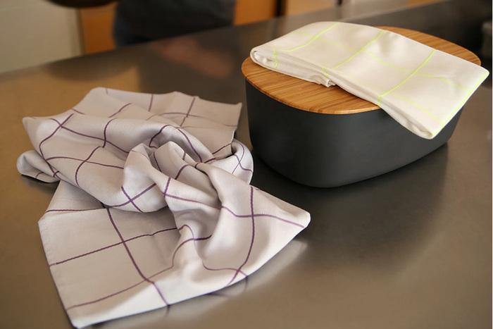 デンマークの大人気インテリアブランドHAYのティータオルは、二枚一組で同じ柄の色違いとなっています。食器を拭いたり、いろいろなものの目かくしにかけたり、アイデア次第で使い方が広がります。  価格:3,564円