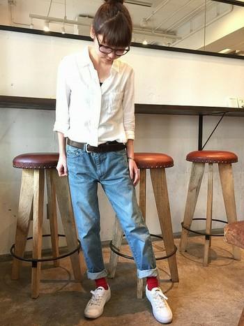 """素材やシルエットにこだわっているシャツは着心地も気持ち良いですよね。さらりとデニムと合わせても、ちゃんとサマになります。ソックスで""""赤""""を取り入れているのがさりげないおしゃれ♪"""