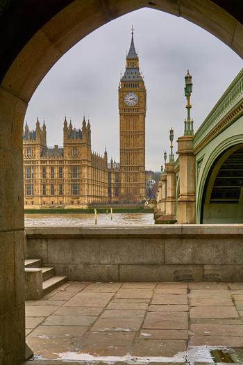 正式名称は「クロック・タワー」でしたが、「ビッグ・ベン」の愛称で長く親しまれてきました。2012年には女王エリザベス2世の在位60周年を記念して「エリザベスタワー」と改称されています。