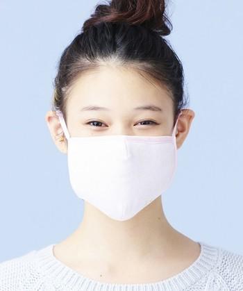 高性能&女性らしいキュートなデザインのなオーガニックコットンマスク。フィルターには、東京大学と共同開発された特許取得済みの「WACフィルター」が搭載されています。淡いピンクカラーが優しい雰囲気にしてくれます。