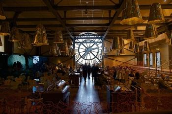 5階にある「ザ カフェ カンパーナ」は大時計を裏側から眺めつつ、素敵な時間を過ごせるカフェ。広い館内で膨大な数の作品と向き合った後はこちらでゆっくりお茶してはいかがでしょうか。大時計にこれだけ接近できる場所は他にはそうありません。