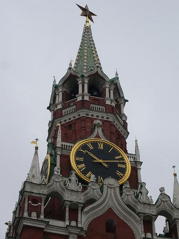 塔のてっぺんにはルビーで作られた赤い星(クレムリンの赤い星)が輝きます。