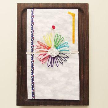 全国のセレクトショップなどで販売もされているmizuhikimie(みずひきみー)のご祝儀袋。水引工芸作家・東郷美栄子さんが丁寧に製作されています。虹色の水引を背景に真っ白な鶴が羽ばたくご祝儀袋は品があるのに、どこかユーモラスでキュートです。
