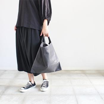 バッグや靴などで質感を変えることで、微妙な色の変化を出した奥行きのあるオールブラックコーデ。