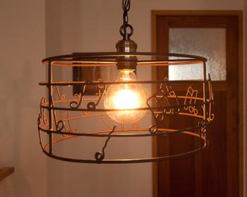 楽器を置いてある部屋には、こんなランプシェードはいかがですか?随所に音楽的要素をちりばめて意識を高めて暮らしましょう♪