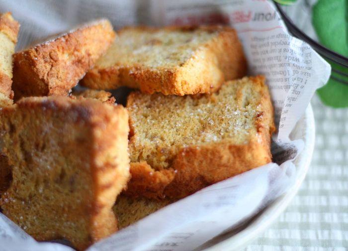 """""""焼く""""というのはカリカリスイーツを作る時に欠かせない調理法の一つです。パンをトーストするとカリっとするように、ふわふわのケーキもじっくり焼くことでカリカリラスクに変身♪焼き加減を工夫してカリカリ食感を作ってみましょう。"""