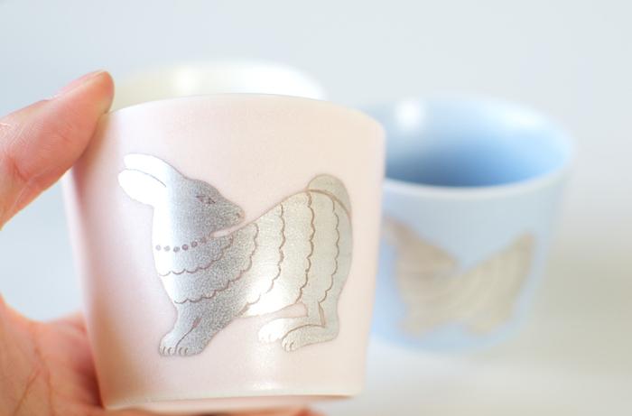 やさしい乳白色の色合いのカップ。銀彩で描かれた、振り向くうさぎの表情がちょっぴり切なくて可愛らしいです。
