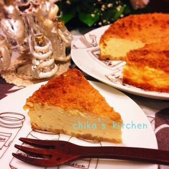 こちらはキャラメルを使って別に作ったクランブルをのせたケーキレシピです。ケーキの表面だけでなく底にもW使い。チーズケーキの底作りもついでにできちゃう簡単レシピ!底と表面、カリカリ感を二度楽しめる欲張りレシピですね♪