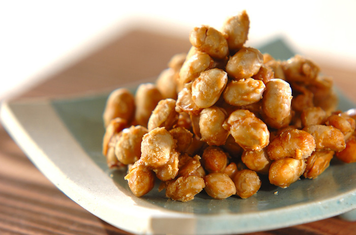 大豆とメープル?!というユニークな組み合わせのカリカリスイーツ♪炒り大豆とメープルシュガーがあればできちゃいます。大豆をメープルシュガーの蜜でコーティングしたらできあがり☆