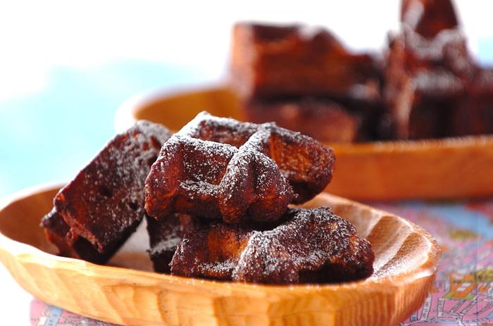 市販のワッフルもカリカリに変身♪バターを塗って砂糖をまぶして焼くことでカリカリになります。プレーンのワッフルがココア味に変わるところも魅力のスイーツ。