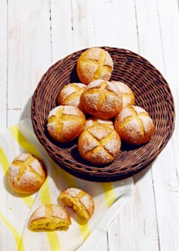 ちょっとお腹が空いている時にはおやつパンもいいですね♪トースト以外にも、カリッと焼き上げるパンはいろいろ。表面はグラニュー糖でカリっと甘く、中は人参ジュースの色合いと風味が楽しめるパンレシピです。