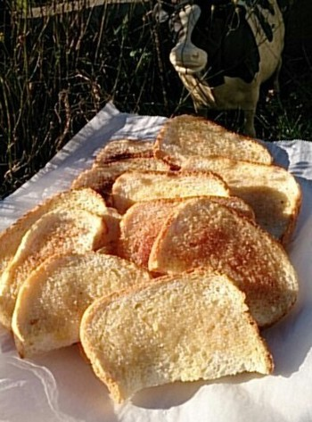食パンが余っている時にはラスクもおすすめ☆2回に分けてじっくり焼くことでカリカリ食感が生まれます。トッピングの種類を変えれば、簡単にバリエーションも完成!