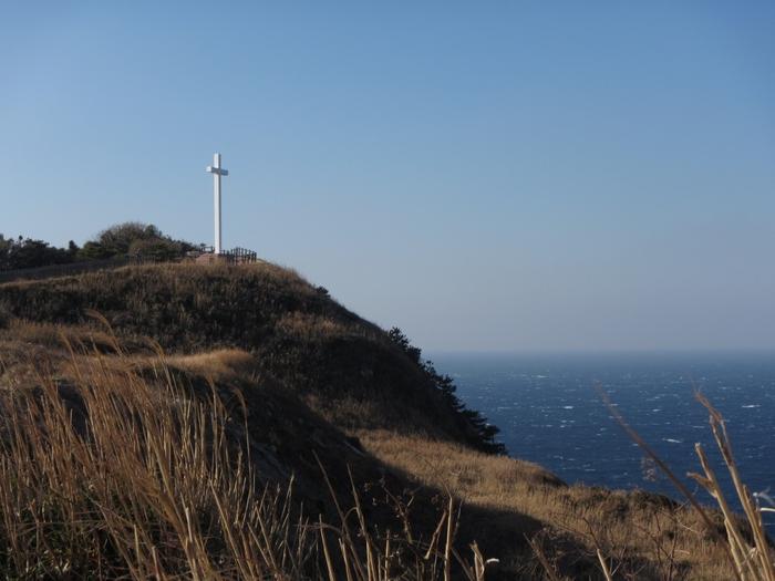 江戸初期のキリシタン殉難者「おたあ・ジュリア」の遺徳をしのぶ、高さ10数メートルの白亜の十字架が立っています。