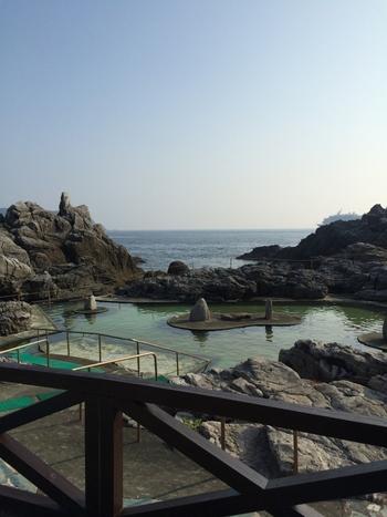 神津島温泉保養センターは、水着のまま入れる混浴の温泉施設です。ダイビングのあと、登山のあと、サイクリングのあとに… 大自然の中汗を流してみませんか?(時期や諸事情により露天風呂を利用できない場合があるので、事前にご確認くださいね。)  神津島温泉保護センターの露天風呂から眺める夕焼けは絶景です!ですが昼間でも、きれいな神津の海を堪能できますよ。