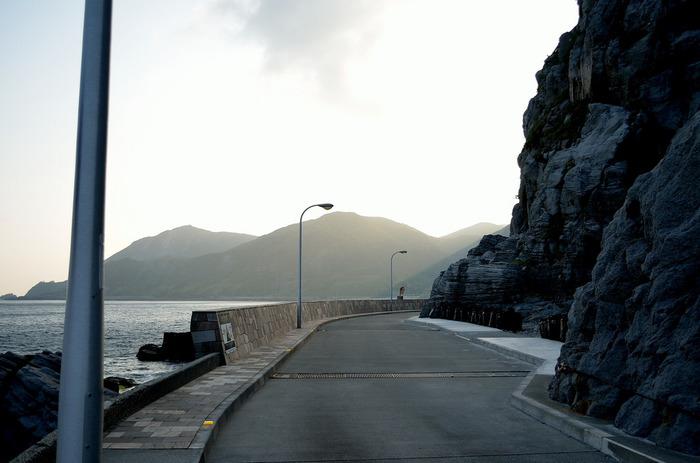 神津島には、レンタルバイク屋さんがちらほら。民宿でも自転車を貸してくれるところが多いです。神津島の前浜海岸~赤崎遊歩道までは海岸沿いを自転車で楽しめるようになっています。 風をきって、エメラルドグリーンの海と緑あふれる山に囲まれてサイクリングができます。とっても気持ちいいですよ。