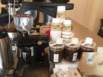 店の味・TINTO BLENDと他の2種を少しずつ味わえる「コーヒー飲み比べセット」のメニューもあります。