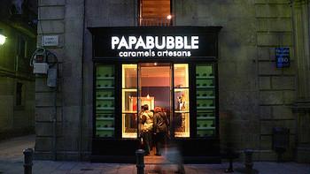 スペイン・バルセロナ生まれの『PAPABUBBLE(パパブブレ)』。トミー氏とクリス氏によって2002年に創業し、現在アメリカやオランダなど海外で30店舗以上を展開しているキャンディ屋さんです。日本では2005年にオーナー菅野氏が東京中野で第1号店をOPENしました。