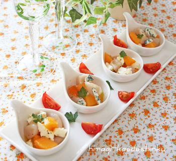 クリームチーズとブルーチーズが柿の甘みを引き出し、さらにホタテでおいしさアップのおしゃれな前菜。味付けはシンプルに塩こしょう、オリーブオイル、レモン汁で。