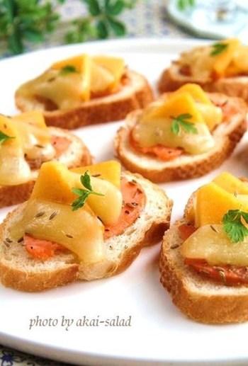前菜やおつまみにぴったりな柿のブルスケッタ。コンテチーズとサーモンが柿の甘みを引き立て、さらにクミンで味のバランスを引き締めています。オーブンに入れてチーズがとろっと溶けだしたら食べごろ。