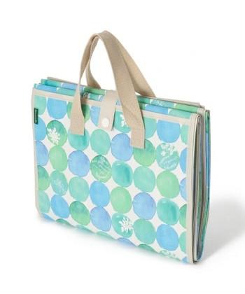 こちらは折りたたんでスナップで留めるタイプ。バッグにも入るコンパクトさですが、広げると大人4人が座れる大きさになりますよ。