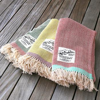 ピクニックのネックが、天候。急に寒くなったりと先が読めないのもの。そんな時に持っていると便利なのがブランケット。気温変化に合わせてササッと羽織れば、快適な時間を過ごすことができます。