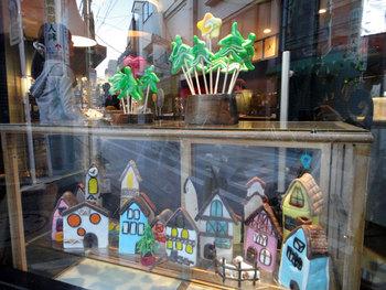 パパブブレのショーウィンドウには、季節やイベントごとに素敵な飴細工が飾られています。お客様へ楽しんでもらおうという気持ちが、至る所に見られるのがグングン人気を伸ばしてきた秘訣なのかもしれませんね。
