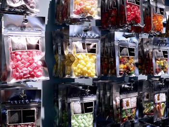店内には袋詰めや瓶詰めのキャンディがい~っぱい!MIXや好みの味を選べる単品タイプなど色々あります。