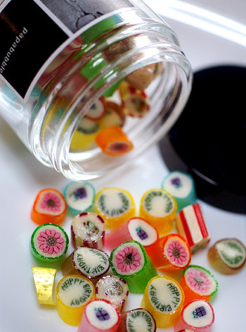 瓶入りはSサイズとMサイズ、試験管入りのモノやかわいいペロペロキャンディロリポップもあります。パパブブレのキャンディは見た目が可愛いだけでなく、優しい甘さで、口溶けが良いのも特徴。